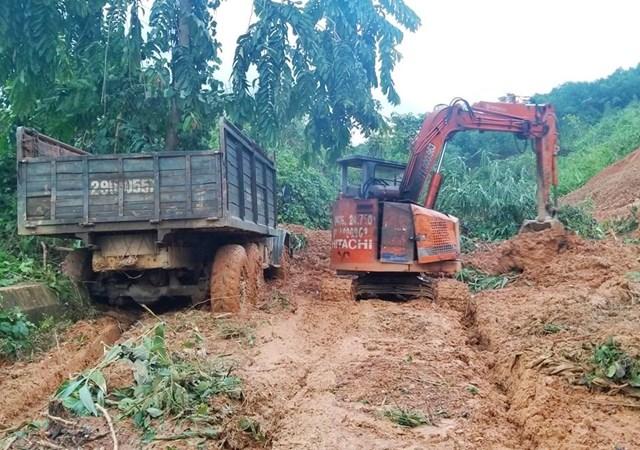 Quá nhiều vị trí sạt lở nặng khiến các lực lượng vẫn chưa thể thông tuyến vào xã Phước Thành, Phước Lộc. Ảnh: HUỲNH CHÍN