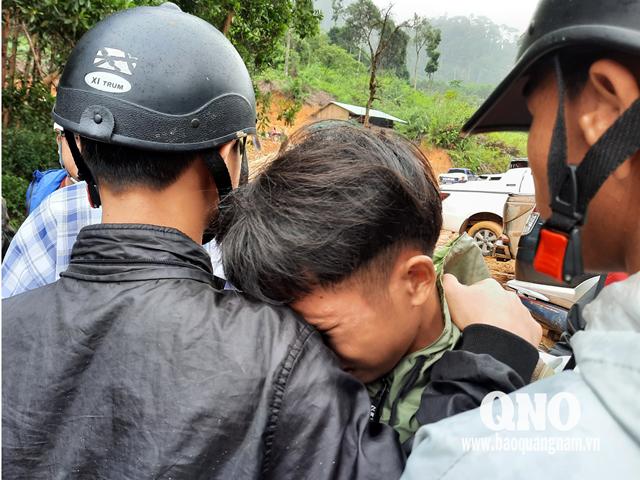 Em Lê Thanh Tú - con trai Bí thư Đảng ủy xã Trà Leng Lê Hoàng Việt từ trường học trở về nhưng nhà cửa bị vùi lấp, cha vẫn đang mất tích.