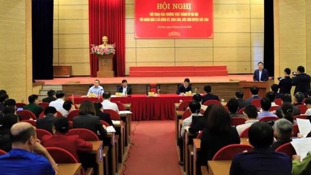 Thường trực Thành ủy Hà Nội đối thoại với người dân 3 xã Hồng Kỳ, Nam Sơn, Bắc Sơn (huyện Sóc sơn) liên quan đến những vấn đề ở bãi rác Nam Sơn. (Ảnh VTC New).