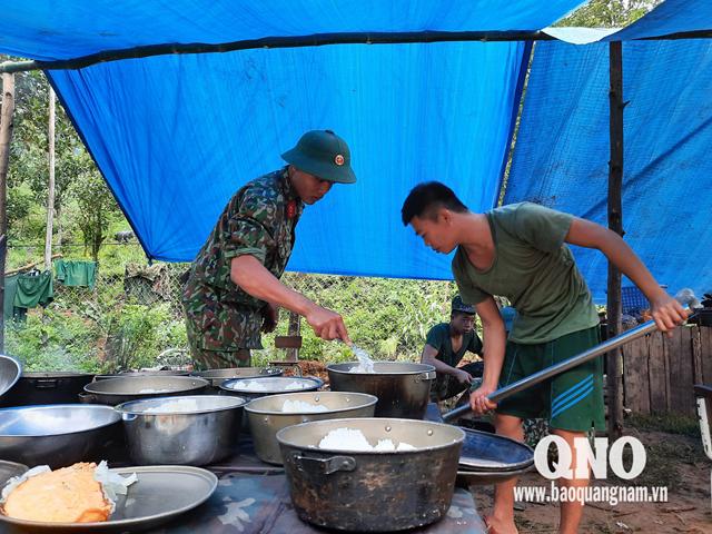 Lực lượng hậu cần chuẩn bị bữa ăn đảm bảo dinh dưỡng cho chiến sĩ để đủ sức khỏe tham gia tìm kiếm.