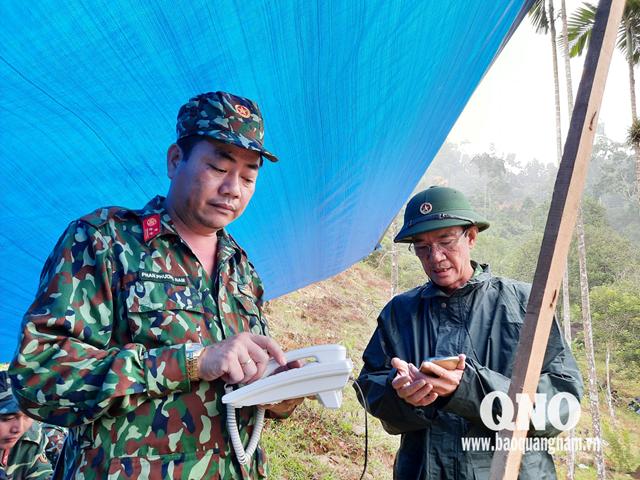 Thiếu tướng Nguyễn Đình Tiến - Phó Tư lệnh Quân khu 5 (phải) đang báo cáo tiến độ với Sở chỉ huy.
