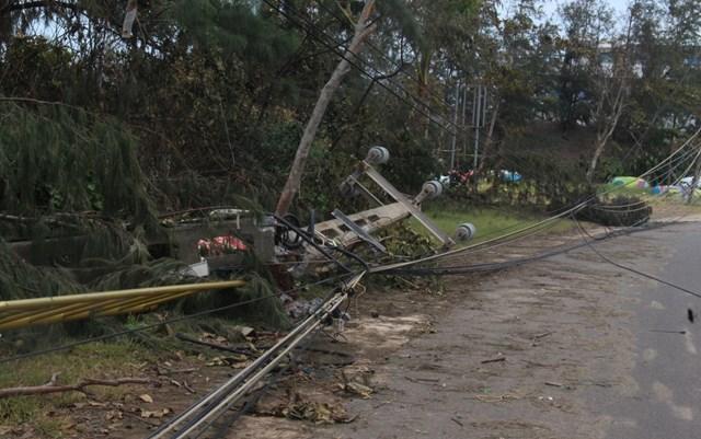Nhiều trụ điện bị ngã đổ sau cơn bão số 9 ở Quảng Nam.