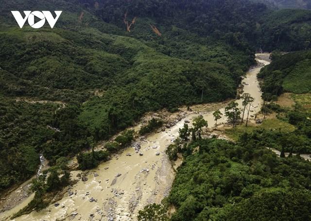 Con đường dẫn về xã Trà Leng giờ đây tiềm ẩn với những điểm sạt trượt ven sườn núi.