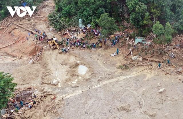 Lực lượng cứu hộ vẫn dang nỗ lực vượt qua điều kiện thời tiết xấu để tìm kiếm nạn nhân.