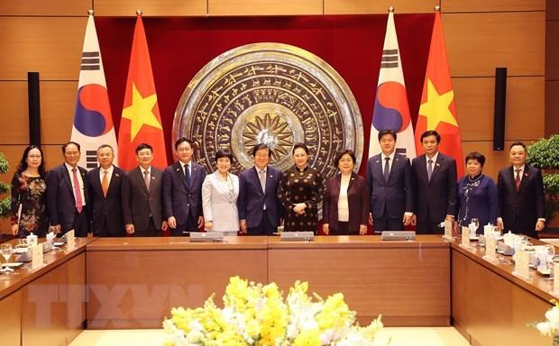 Chủ tịch Quốc hội Nguyễn Thị Kim Ngân và Chủ tịch Quốc hội Hàn Quốc Park Byeong-Seug cùng các đại biểu sau hội đàm. (Ảnh: Trọng Đức/TTXVN).