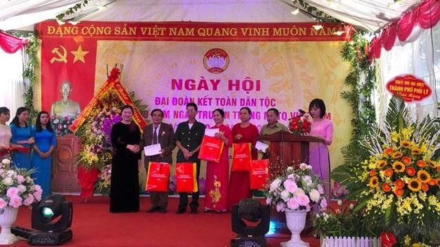 Phó chủ tịch Trương Thị Ngọc Ánh tặng quà cho thôn 6 và các hộ gia đình tiêu biểu.