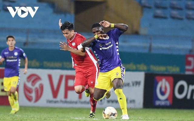 Hà Nội FC (áo tím) buộc phải thắng Than Quảng Ninh và chờ tin vui từ Thống Nhất mới có thể vô địch V-League 2020 (Ảnh: Dương Thuật).