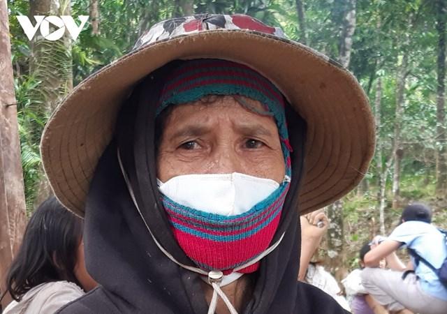 Hàng ngày, bà Hồ Thị Hồng, vợ ông Hồ Văn Đề về làng cũ ngóng tin 5 người thân còn mất tích.