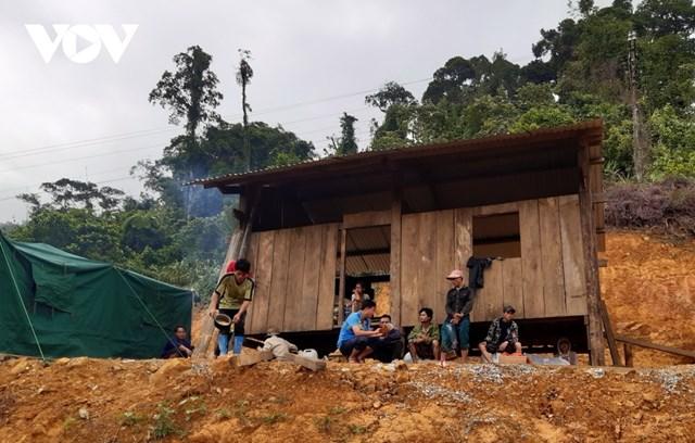 Người dân ở nóc Ông Đề, thôn 11, xã Trà Leng bị sập nhà, may mắn sống sót được bố trí ở tạm Nhà văn hóa thôn 1, xã Trà Leng.