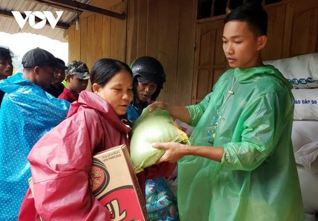 Các đoàn thiện nguyện ủng hộ gạo, thực phẩm cho người dân xã Trà Leng, huyện Nam Trà My.