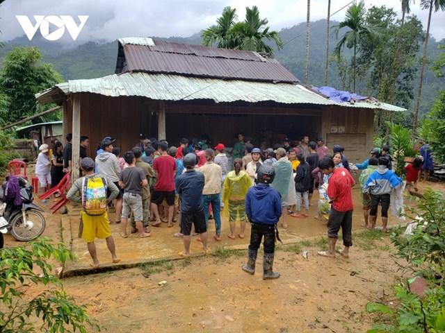 Người dân thôn 1, xã Trà Leng đến nhận hàng cứu trợ của các tổ chức thiện nguyện.