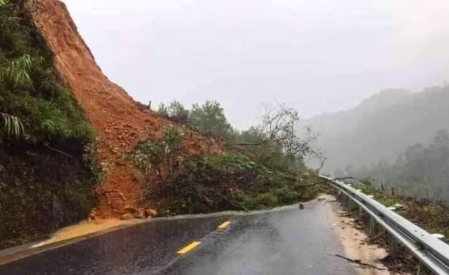 Tuyến đường duy nhất nối liền TP Huế với huyện A Lưới đang tạm thời không lưu thông được vì sạt lở.