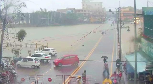 Đập Đá tràn nước lũ, các phương tiện bị cấm lưu thông nhưng một số người thấy nước chưa cao nên vẫn cố đi qua.