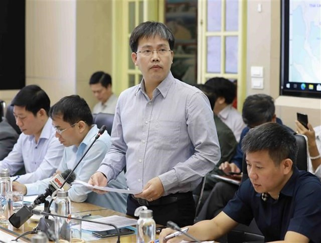 Giám đốc Trung tâm Dự báo Khí tượng thủy văn Mai Văn Khiêm báo cáo về tình hình của bão VAMCO. (Ảnh: Vũ Sinh/TTXVN).