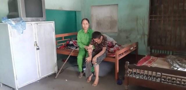 Chị Nhung và cháu Hiền trong căn nhà bếp cấp 4 tồi tàn, chống hoác.