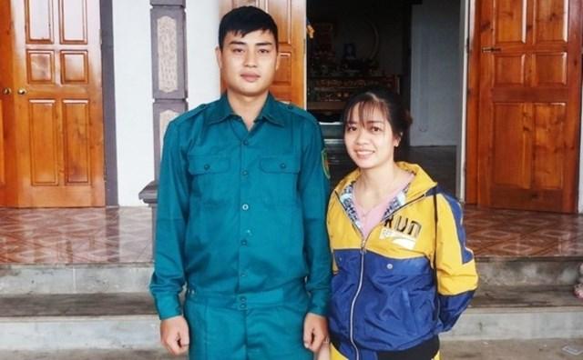 Chị Trần Thị Hương đứng bên anh Võ Nhật Nam, 1 trong 2 ân nhân cứu mạng mình trong lũ dữ.