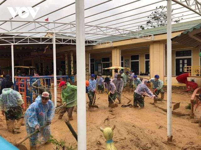 Lực lượng đoàn viên giúp dọn vệ sinh trường lớp.