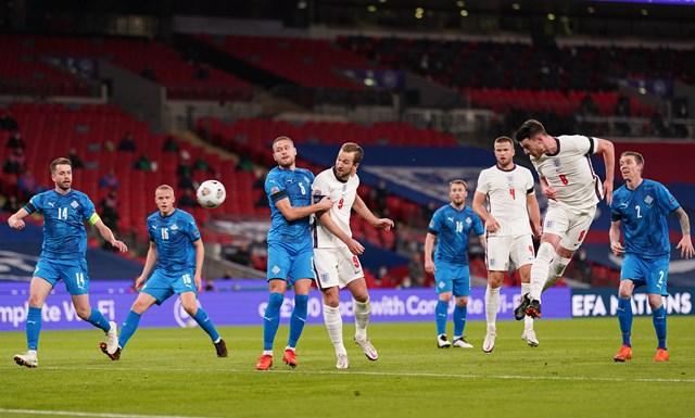 Rice đánh đầu ghi bàn vào lưới Iceland mở tỉ số cho tuyển Anh.