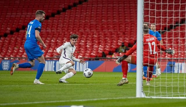 Mount nâng tỉ số lên 2-0 cho tuyển Anh trước Iceland.