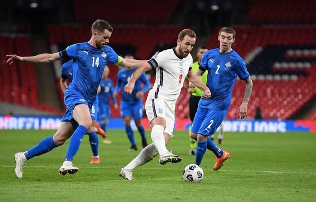 Kane (giữa) trong vòng vây của các cầu thủ Iceland.