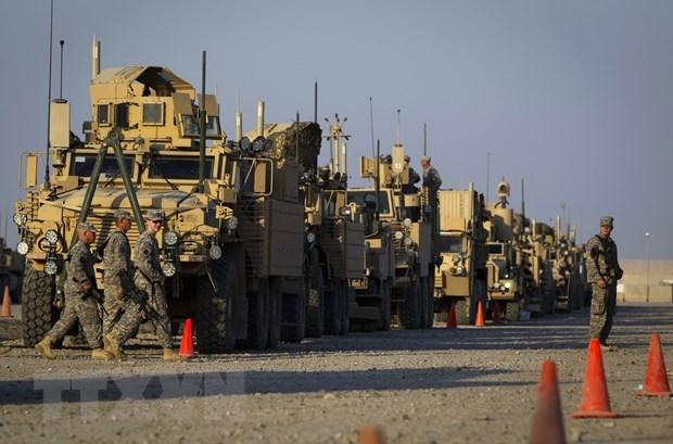 Binh sĩ Mỹ cùng khí tài quân sự chuẩn bị rời khỏi căn cứ gần Nasiriyah, Iraq. (Ảnh: AFP/TTXVN).