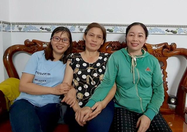 Từ trái qua, chị Thuận, chị Khải và chị Lệ vẫn còn xúc động khi kể lại câu chuyện với phóng viên.