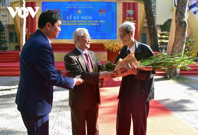 Tổng Bí thư, Chủ tịch nước tặng hoa chúc mừng thầy nhân dịp 20/11.