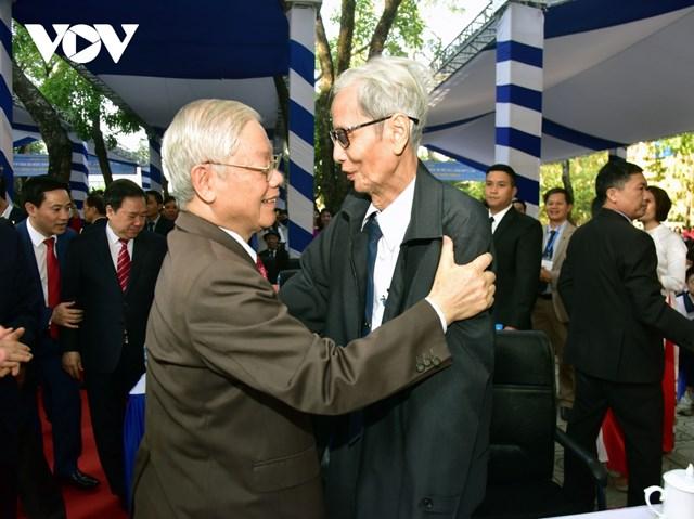 Cuộc gặp gỡ đầy xúc động giữa Tổng Bí thư, Chủ tịch nước Nguyễn Phú Trọng và thầy giáo chủ nhiệm Lê Đức Giảng.