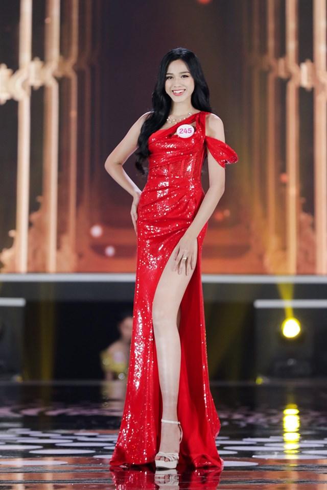 Phần trình diễn trang phục áo tắm và dạ hội của Đào Thị Hà ở đêm Chung kết.