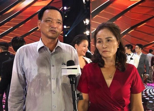 Bố mẹ Đỗ Thị Hà trả lời phỏng vấn trong đêm Chung kết.