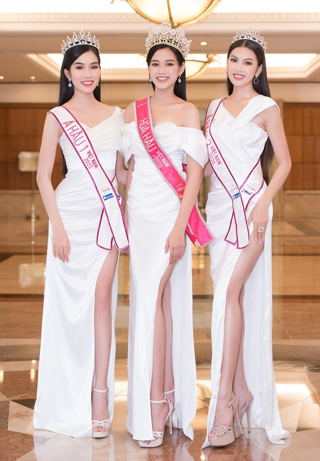 Lần đầu xuất hiện sau đăng quang, Top 3 hoa hậu Việt Nam lộ diện với nhan sắc nổi bật và đôi chân dài thẳng tắp.