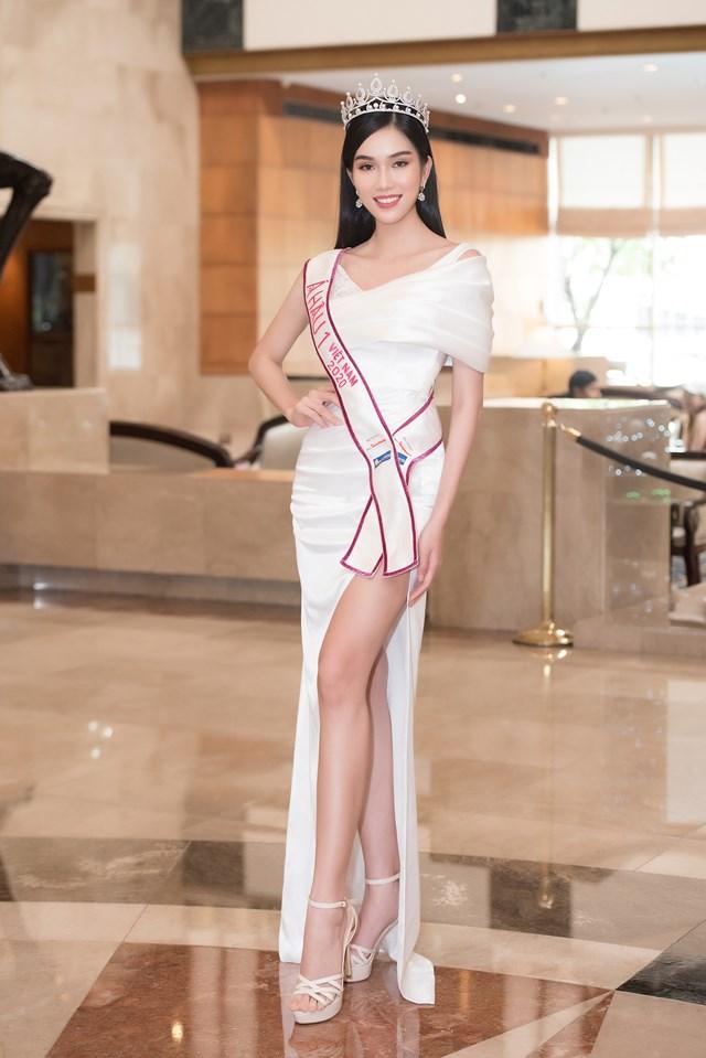 Á hậu 1 - Phạm Ngọc Phương Anh sinh năm 1998 đến từ TPHCM, cao 1m77, số đo 87-61-93. Trước khi dự thi Hoa hậu Việt Nam 2020, Phạm Ngọc Phương Anh từng giành danh hiệu Hoa khôi Áo dài Nữ sinh 2015.