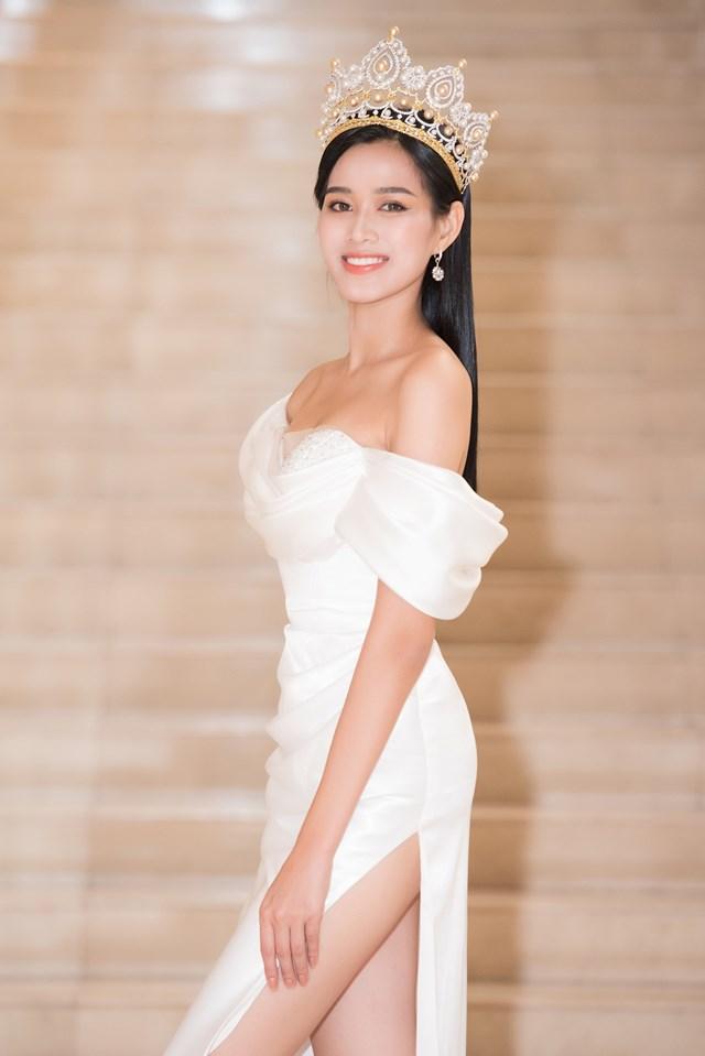 Hoa hậu Việt Nam 2020 Đỗ Thị Hà sinh năm 2001, đến từ Thanh Hóa, cao 1m75, số đo hình thể 80-60-90. Cô và Á hậu 2 - Nguyễn Lê Ngọc Thảo là 2 thí sinh có chiều dài đôi chân khủng nhất của hoa hậu năm nay là 1,1m.