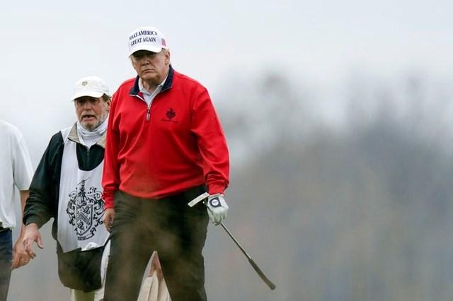 Tổng thống Mỹ Donald Trump đến sân golf ngày 21/11. (Ảnh: Getty).