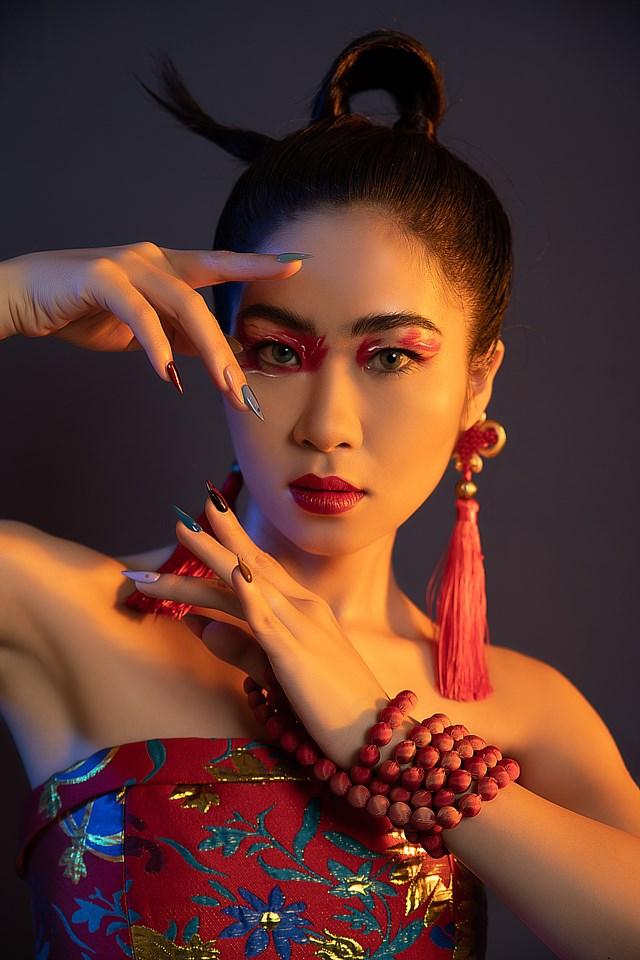 """Ca sĩ Hà Myo trong MV """"Xẩm Hà Nội""""."""