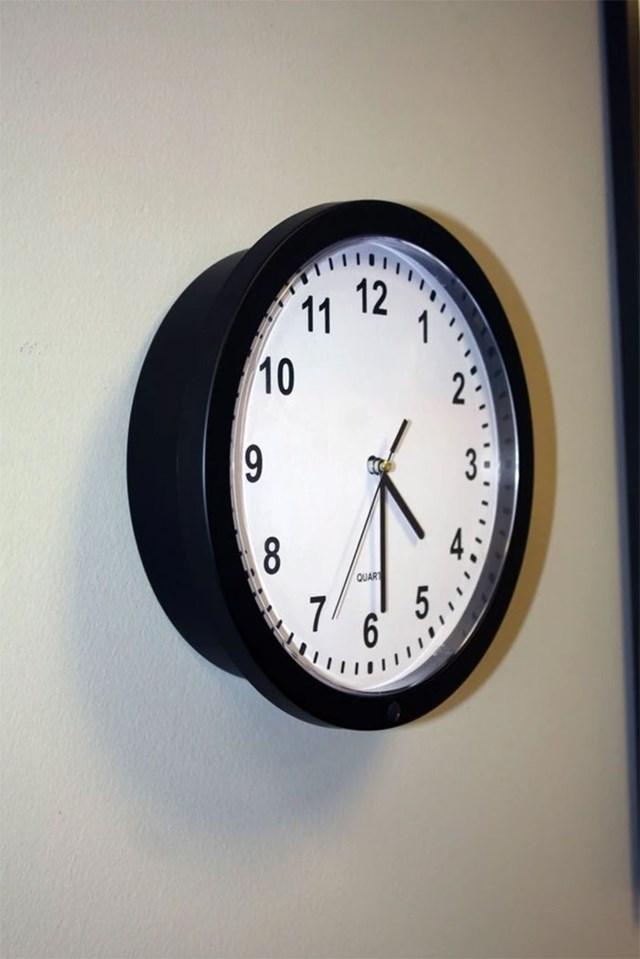 Phải quan sát thật kỹ mới có thể nhận ra camera được giấu kín ở viền dưới chiếc đồng hồ này.
