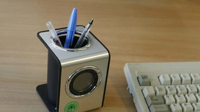 Camera giấu trong một lọ đựng bút, với ống kính nằm ở phần tem màu xanh. Những lọ bút này có thể được đặt sẵn trong các phòng cho thuê, với phần ống kính hướng về giường ngủ.