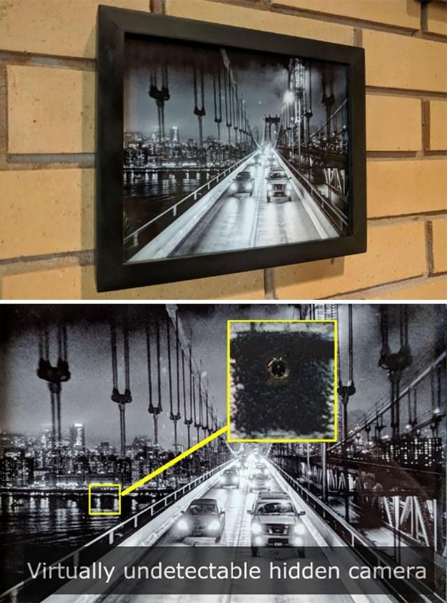 Camera được giấu đằng sau một bức tranh treo tường, mà nếu chỉ dùng mắt thường thì gần như không thể phát hiện.