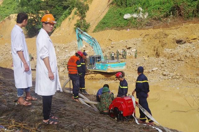Các lực lượng đã tìm thấy được một số vật dụng, áo quần công nhân dưới lòng sông Rào Trăng.Ảnh: Dân trí.