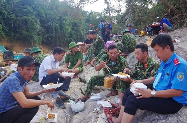 Ôn Nguyễn Văn Phương, Phó Chủ tịch UBND tỉnh Thừa Thiên Huế (áo trắng) cùng ngồi ăn cơm với lực lượng quân đội, công an... tại hiện trường.Ảnh: Dân trí.