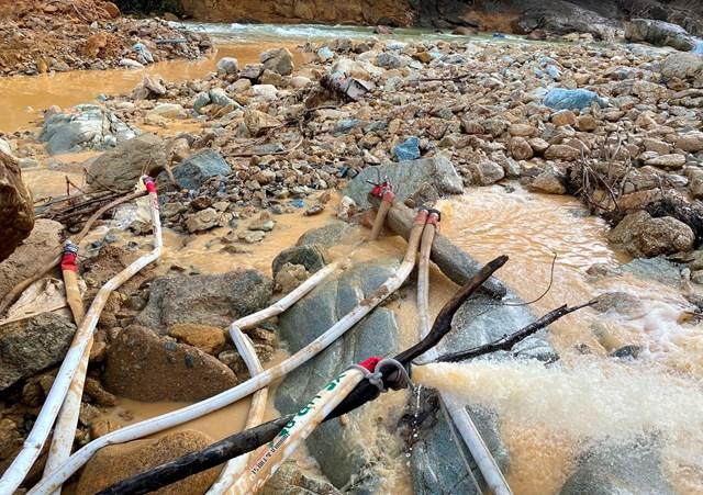 Các máy bơm nước hoạt động hết công suất để hút cạn nước dòng sông Rào Trăng đoạn ngăn đập chặn.Ảnh: Dân trí.