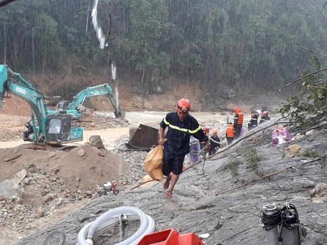 CBCS Công an tỉnh Thừa Thiên Huế và lực lượng các đơn vị đội mưa bám hiện trường làm nhiệm vụ tìm kiếm nạn nhân. Ảnh: CAND.