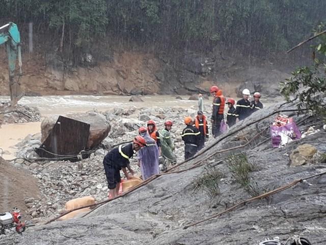 Vụ sạt lở tại Rào Trăng: Tìm thấy vật dụng, quần áo công nhân dưới lòng sông - Ảnh 1