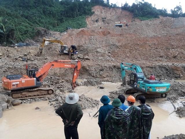 Chiều 23/11, thời tiết khu vực hiện trường sạt lở thủy điện Rào Trăng 3 có mưa lớn nhiều đợt nhưng công tác tìm kiếm các nạn nhân vẫn được thực hiện khẩn trương. Ảnh: CAND.