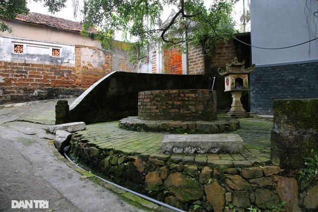 Trên những con đường nhỏ làng Yên Trường (Chương Mỹ, Hà Nội), đâu đâu cũng thấy có giếng nước. Đặc biệt, không có giếng nào bị khô cạn và vẫn đang được người dân sử dụng để sinh hoạt, kể cả dùng làm nước ăn.
