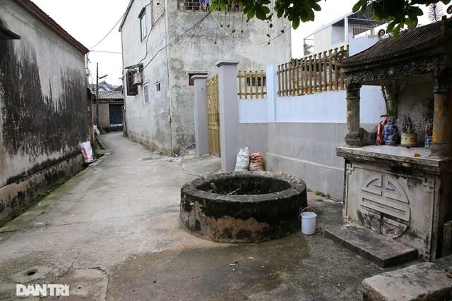 Dù theo huyền tích nào thì làng An Tràng xưa (nay là Yên Trường) có 99 giếng lớn nhỏ khác nhau, đến nay đã bị lấp dần bởi sự đô thị hoá. Giếng trong làng vẫn còn khá nhiều, dễ dàng bắt gặp nằm rải rác trên khắp các con đường làng, bên cạnh là một ban thờ nhỏ.
