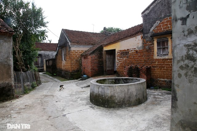 Đều là giếng thiên tạo song phần miệng giếng đã được người dân xây đắp để tránh sự xâm phạm và để an toàn cho người dân lấy nước, đặc biệt với trẻ nhỏ.