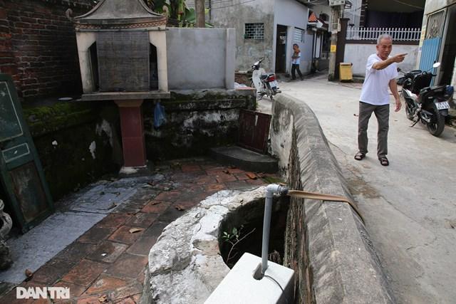 Một chiếc giếng ở xóm An Ninh nằm giữa đường đã được người dân xây che lại một nửa phần miệng giếng để lấy lối đi trở thành chiếc giếng hình bán nguyệt. Bên dưới, lòng giếng giữ nguyên và được các gia đình lấy nước sử dụng bằng máy bơm.