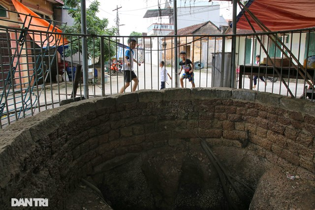 Những giếng lớn ngoài việc xây cao thành bằng đá ong còn quây thêm rào sắt, tuy có bớt đi phần nào vẻ cổ kính nhưng lại an toàn cho trẻ nhỏ. Các giếng đều có độ sâu khoảng 7 - 8 m.