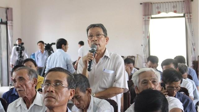 Cử tri thành phố Đông Hà nêu kiến nghị với Đoàn Đại biểu Quốc hội tỉnh Quảng Trị tại buổi tiếp xúc cử tri.